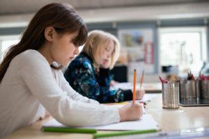 Flicka och pojke i klassrum