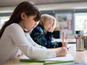 två flickor i klassrummet